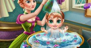Anna myje dziecko