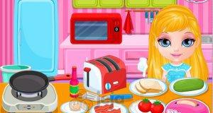 Baby Barbie przygotowuje śniadanie