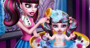 Draculaura myje dziecko