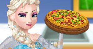 Ciężarna Elsa przygotowuje pizzę