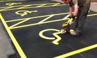 Ręczne malowanie pasów na parkingu