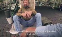 Trzech studentów pomaga bezdomnemu zebrać pieniądze grając na jego wiadrze
