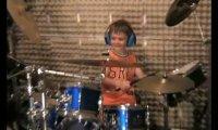 Młody perkusista