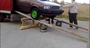 Precyzyjne pakowanie auta na samochód ciężarowy