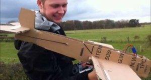 Latający samolot z kartonu