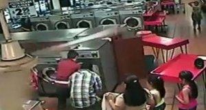 Rodzice wkładają dziecko do pralki