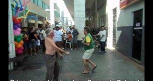 Niesamowita walka dziadków w Brazylii