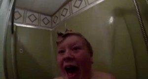 Tata straszy syna pod prysznicem