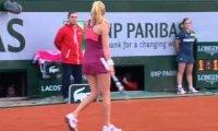 Agnieszka Radwańska uderza między nogami
