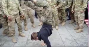 Nastolatek zawstydza amerykańskich żołnierzy