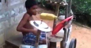 Dzieciak daje czadu na perkusji ze śmieci