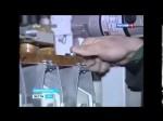 Rosyjski pracownik dokręca śrubę