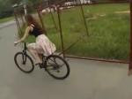 Rower i sukienka to niezbyt dobre połączenie