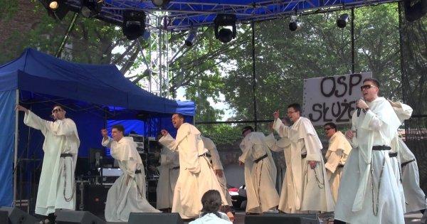 """Dominikanie śpiewają """"Ona tańczy dla mnie"""""""