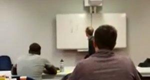 Uczniowie narysowali kota na tablicy