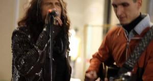 Wokalista Aerosmith śpiewa z ulicznym grajkiem