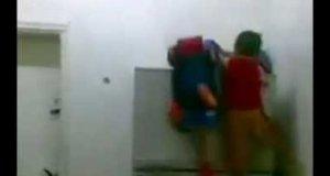 Wspinaczka na lodówkę małego chłopaka