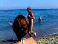 Zakręcony dziadek biegnie po plaży