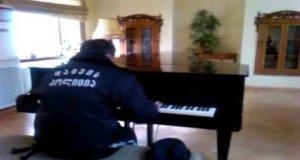 Ochroniarz grający na fortepianie