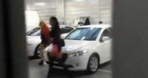 Blondyna z koleżanką odbierają auto