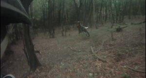 Przejażdżka motorem po lesie