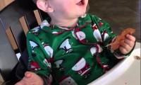 Chłopczyk smakuje bekonu po raz pierwszy