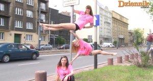 Dziewczyny tańczą na znakach drogowych