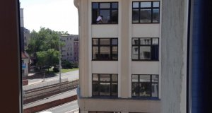 Odważne dziewczyny myją okna w urzędzie