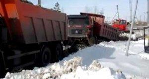 Rosyjski Kamaz wyciąga Chińską ciężarówkę