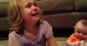 Dziewczyna płacze, żeby jej młodszy brat był zawsze malutki
