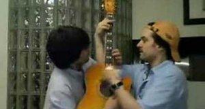 Na jednej gitarze
