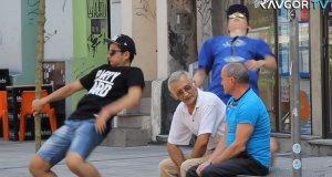 Dziwny taniec w miejscach publicznych