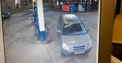Blondyna próbuje zatankować samochód