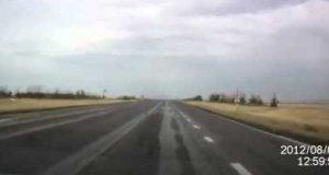 Przelot myśliwców 3 metry nad drogą