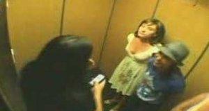 Ukryta kamera - Pierdzące dziewczyny w windzie