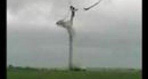 Rozpadająca się elektrownia wiatrowa