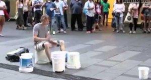 Najlepszy uliczny perkusista wszech czasów.