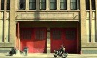 Twardziel, który jeździ Harleyem