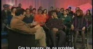 Śmiejący się prowadzący - tłumaczenie