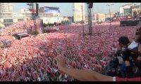 100 000 kibiców śpiewa Hymn Polski w strefie kibica