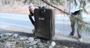 Chłopak podróżuje w zamkniętej walizce