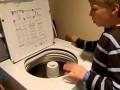 Autystyczny chłopiec gra na bębnie... pralki