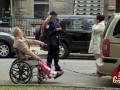 Ukryta kamera - niepełnosprawny ciągnięty za samochodem