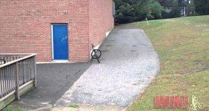 Mistrzowskie oparcie roweru o ścianę