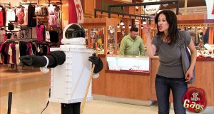 Ukryta kamera - robot łapiący za pupę