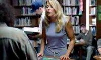 Blondyna w bibliotece