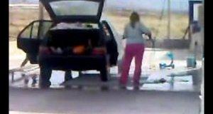 Blondynka myje samochód