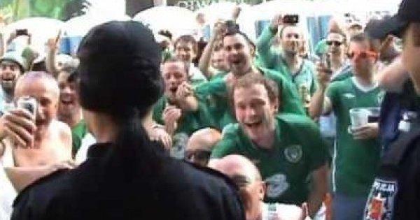 Grupa irlandzkich kibiców podrywa polską policjantkę