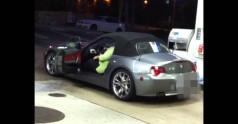 Potwornie gruba kobieta wysiada z malutkiego BMW