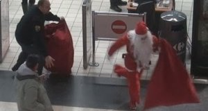 Mikołaj zaopatruje się w markecie. Ochroniarze tego nie rozumieją.